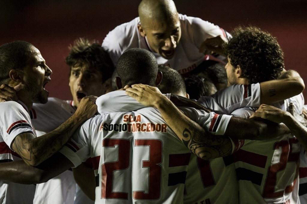 Jogadores do São Paulo comemoram gol contra a Portuguesa pelo Paulistão