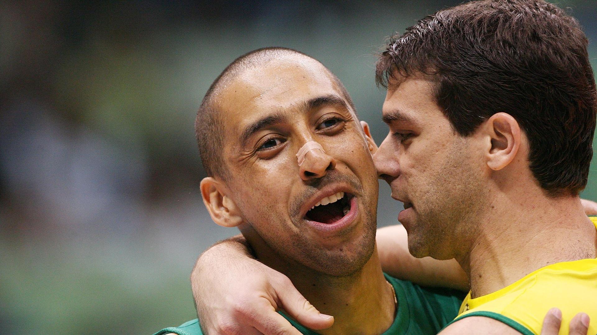 Marcelinho comemora com o líbero Escadinha. Os dois defenderão Sesi-SP na final deste domingo
