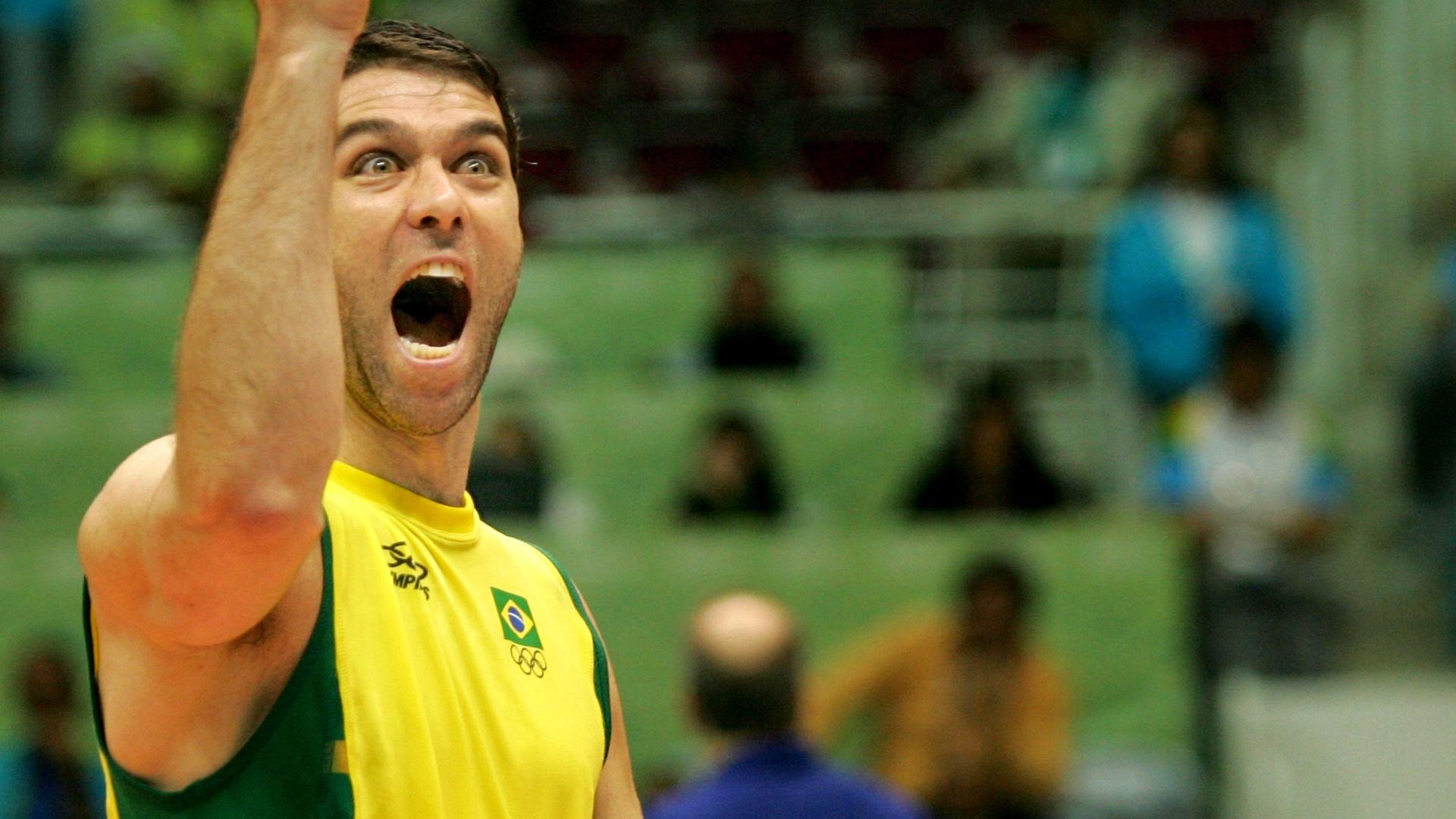 Marcelinho comemora ponto durante jogo da seleção brasileira