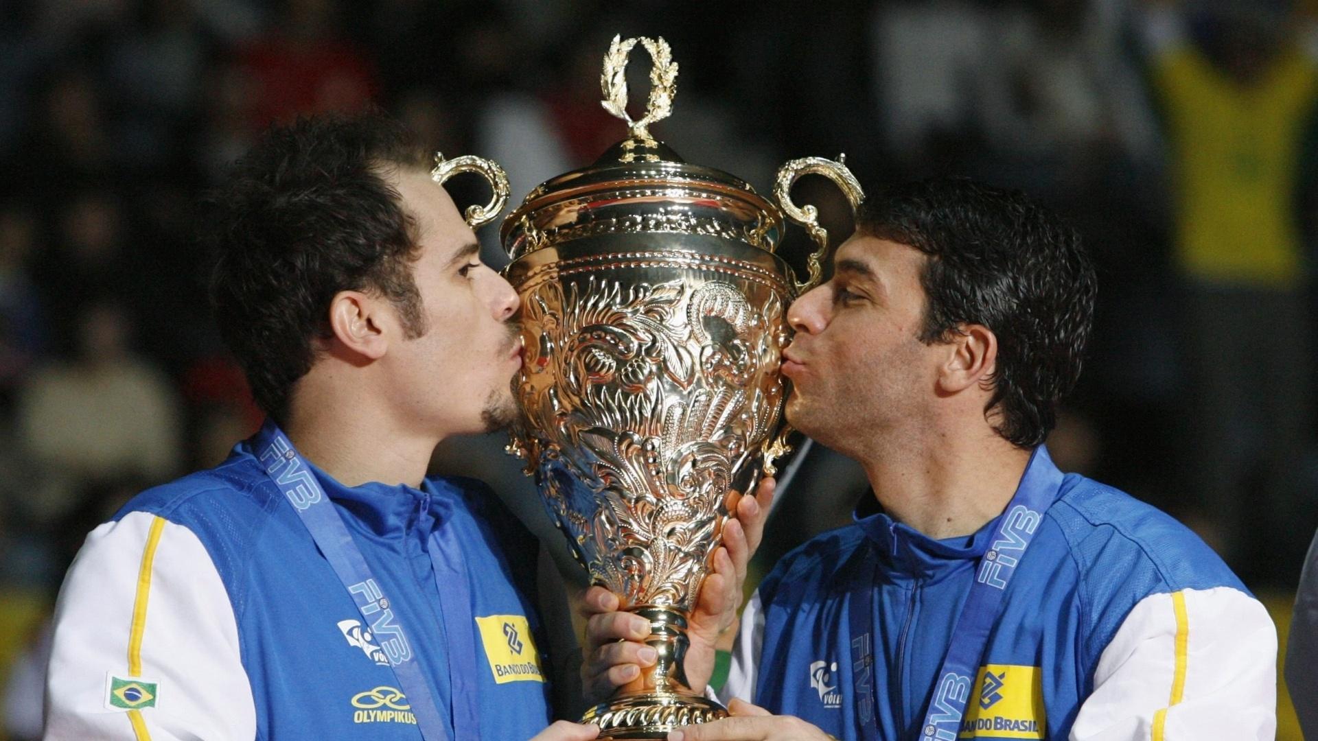 Marcelinho e Ricardinho com o troféu do Campeonato Mundial de 2006