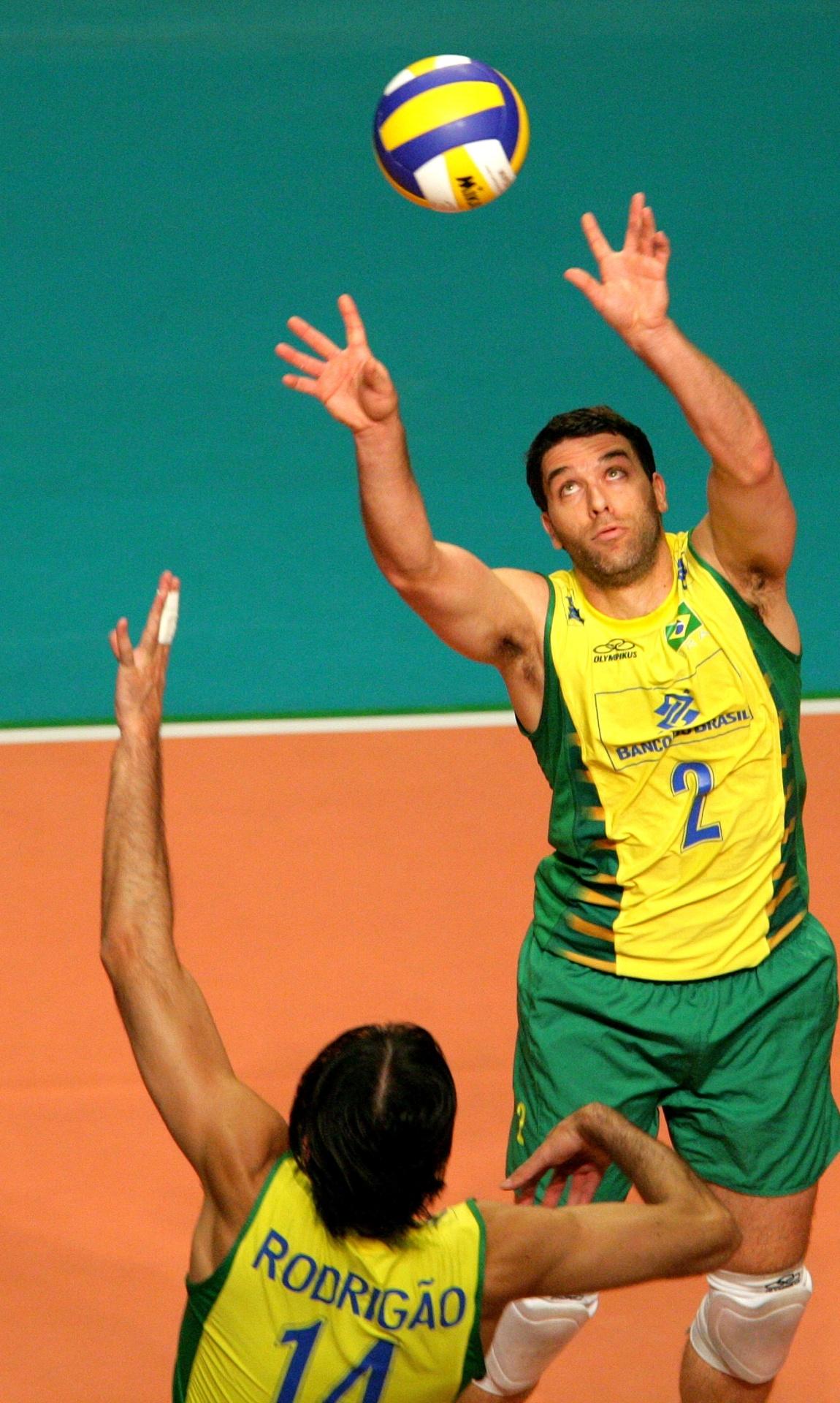 Marcelinho levanta bola para Rodrigão durante jogo da seleção brasileira