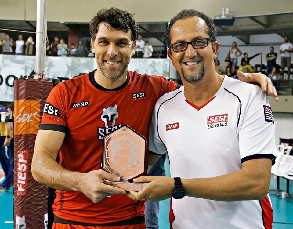 Marcelinho posa com troféu que recebeu após ser eleito o melhor jogador em partida da atual edição da Superliga