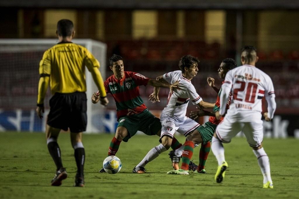 Rodrigo Caio disputa a bola na partida entre São Paulo e Portuguesa