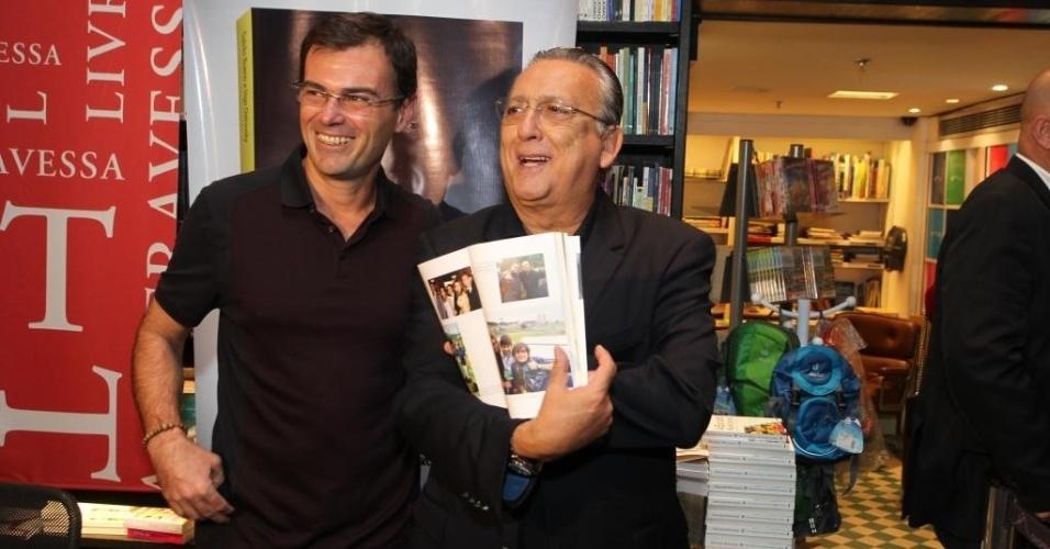 09.abr.2015 - Diversos artistas, esportistas, jornalistas, celebridades, parentes e amigos presenciaram nesta quinta-feira o lançamento do livro