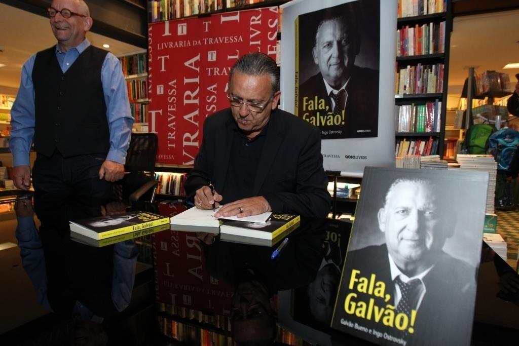 09.abr.2015 - Galvão Bueno (d) e o jornalista Ingo Ostrovsky lançaram nesta quinta-feira no Rio de Janeiro o livro