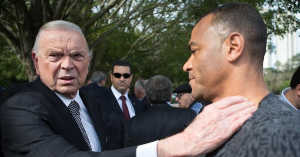 José Maria Marin, presidente da CBF, cumprimenta Cafu no enterro do ex-goleiro Gylmar dos Santos Neves