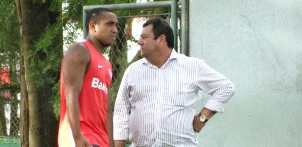 Carlos Pellegrini (d) reclamou de posição do Grêmio sobre arbitragem do clássico