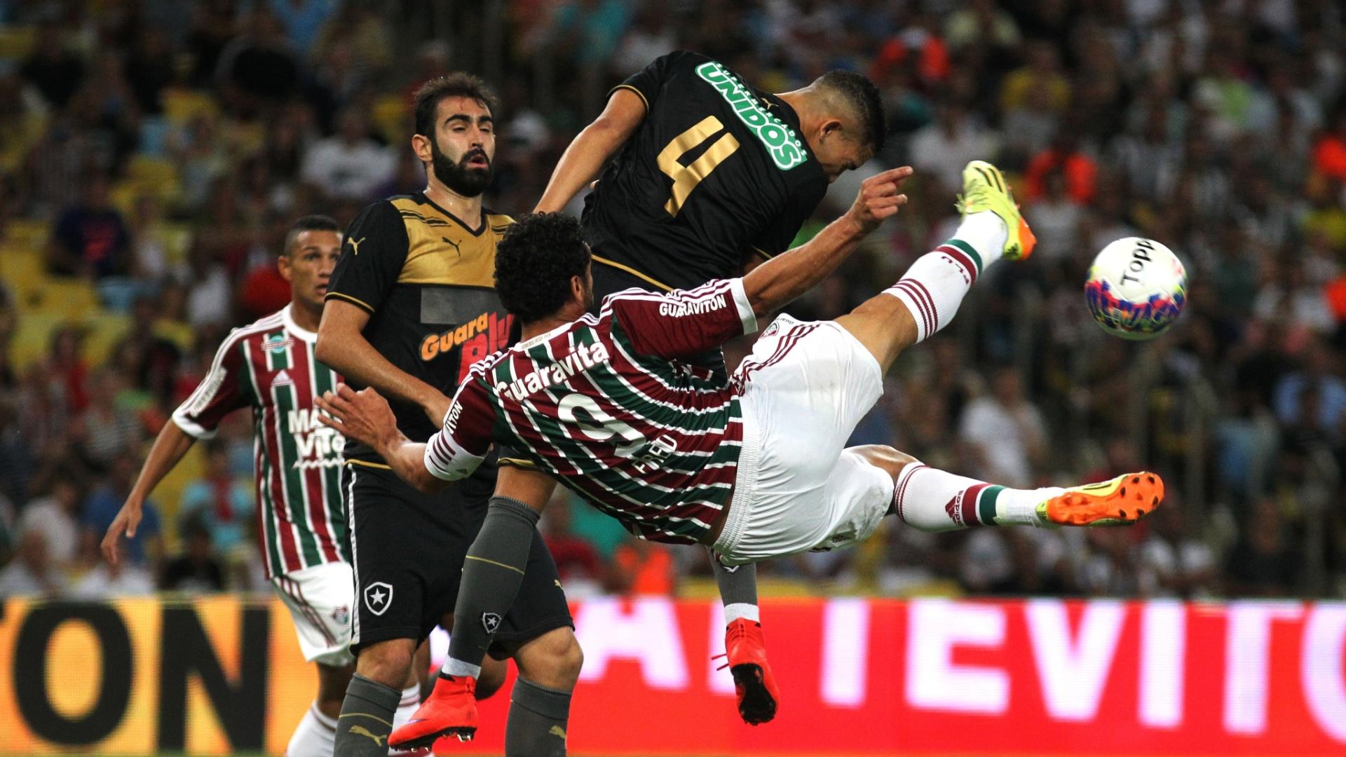 Fred, de voleio, tenta concluir jogada dentro da área durante a partida Fluminense e Botafogo, válida pelo Campeonato Carioca