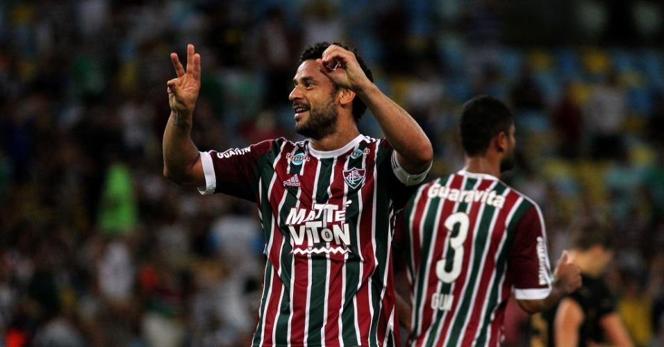 Fred lembra com as mãos seu gol de número 300 na carreira