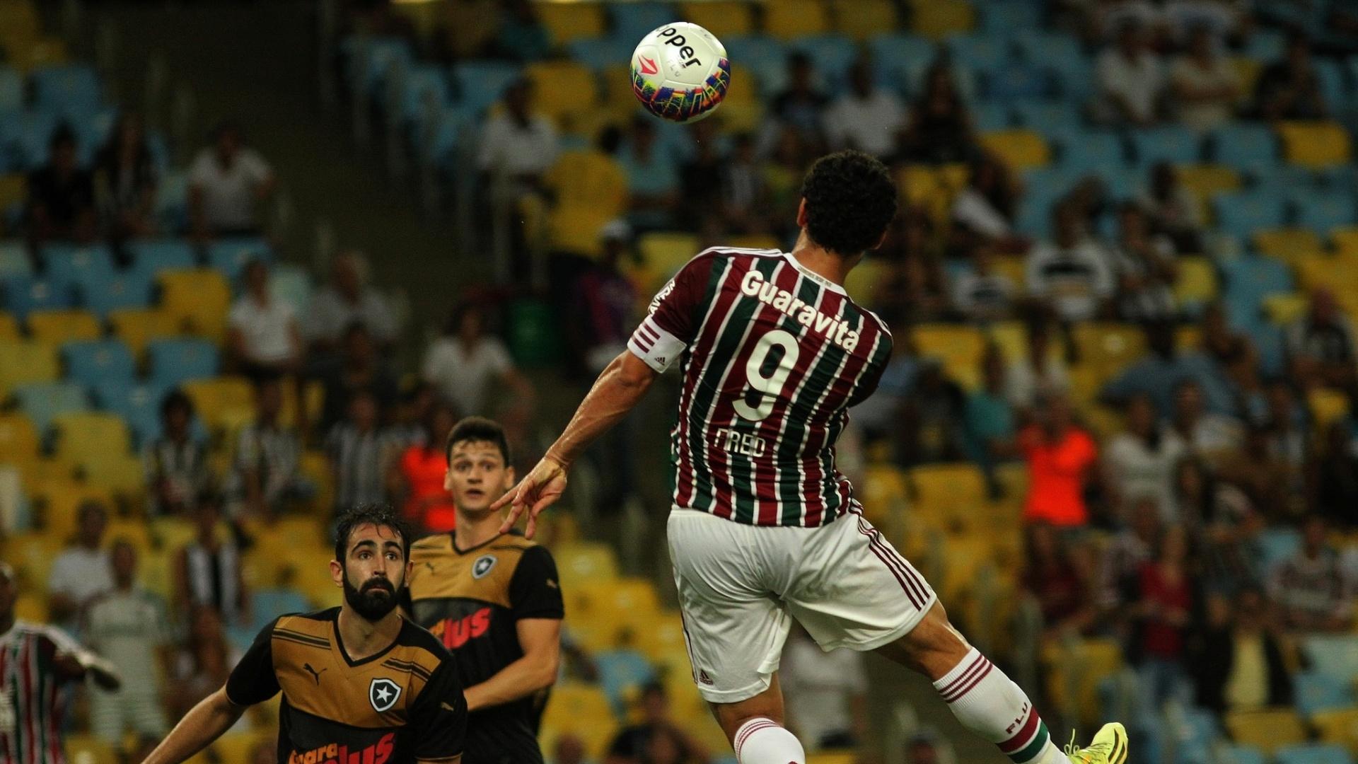 Fred sobe para marcar o primeiro gol do Fluminense contra o Botafogo, em jogo do Campeonato Carioca