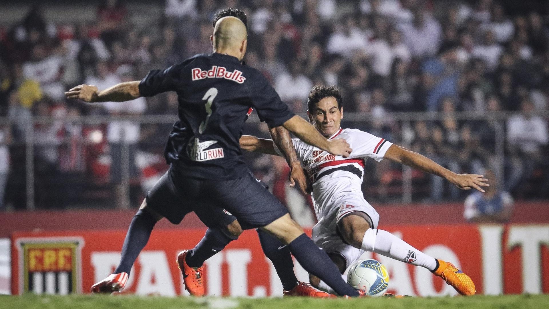 Ganso tenta concluir para o gol em lance da partida São Paulo e Red Bull, pelo Paulistão
