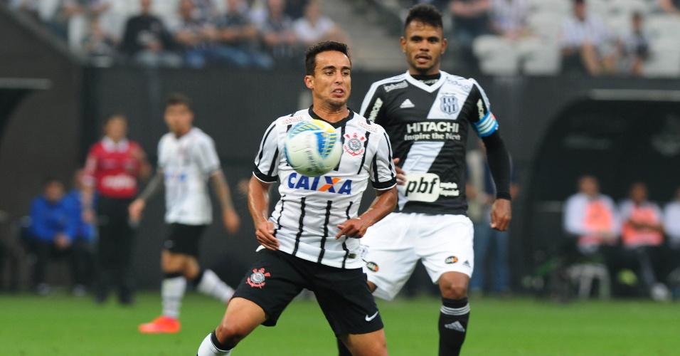 Jadson protege a bola durante a partida entre Corinthians e Ponte Preta, válida pelas quartas de final do Paulistão