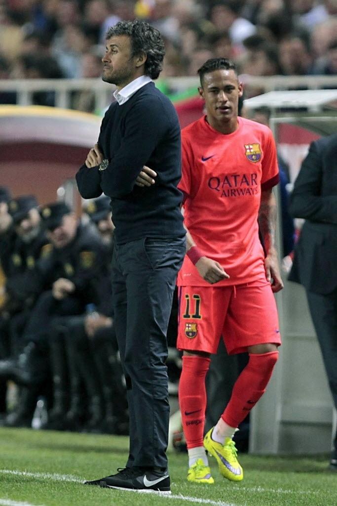 Neymar olha o técnico do Barcelona, Luís Enrique, após ser substituído no empate contra o Sevilla