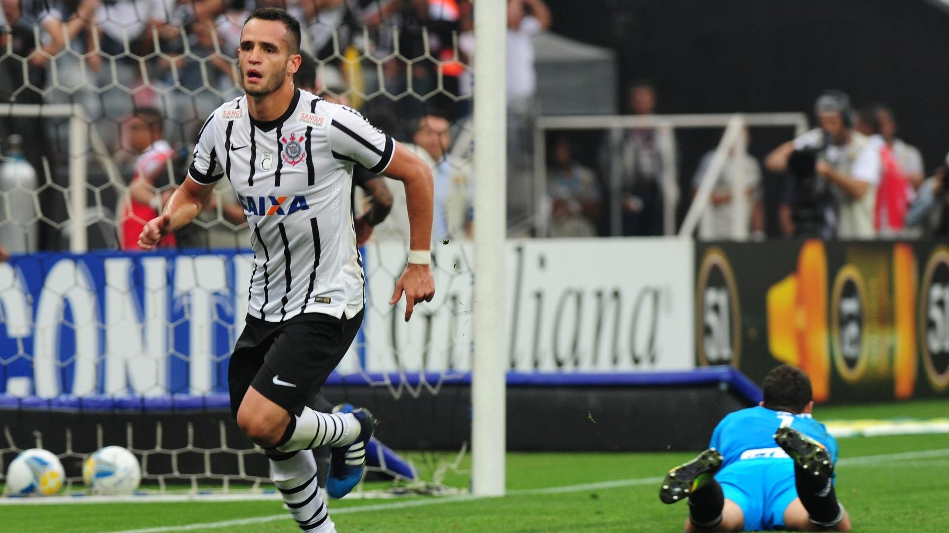 Renato Augusto celebra após finalizar jogada dentro da área e abrir o placar para o Corinthians contra a Ponte