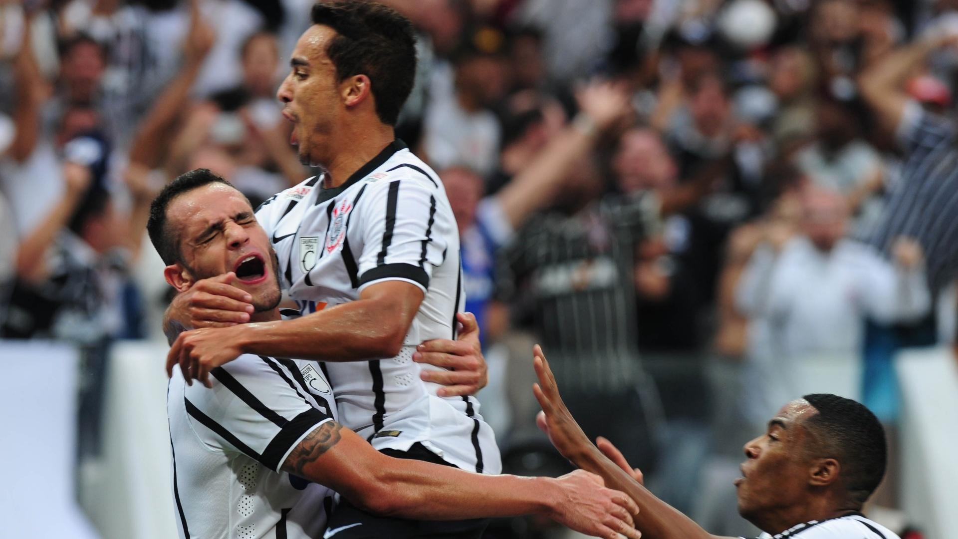 Renato Augusto comemora, ao lado de Jadson e Elias, gol marcado contra a Ponte Preta no Paulistão