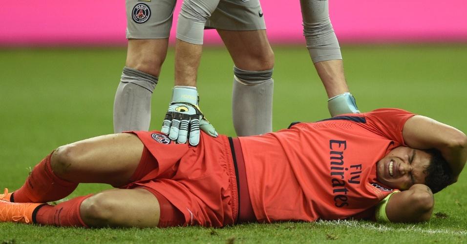 Thiago Silva fica caído após sofre um pisão na cabeça durante a final da Copa da Liga francesa, entre PSG e Bastia
