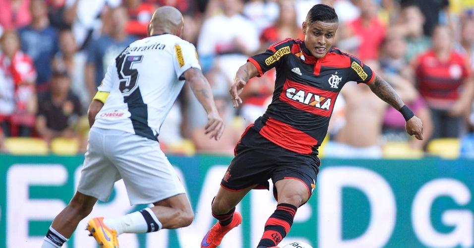Everton e Guiñazu disputam a bola durante o clássico Vasco e Flamengo, válido pela semifinal do Campeonato Carioca
