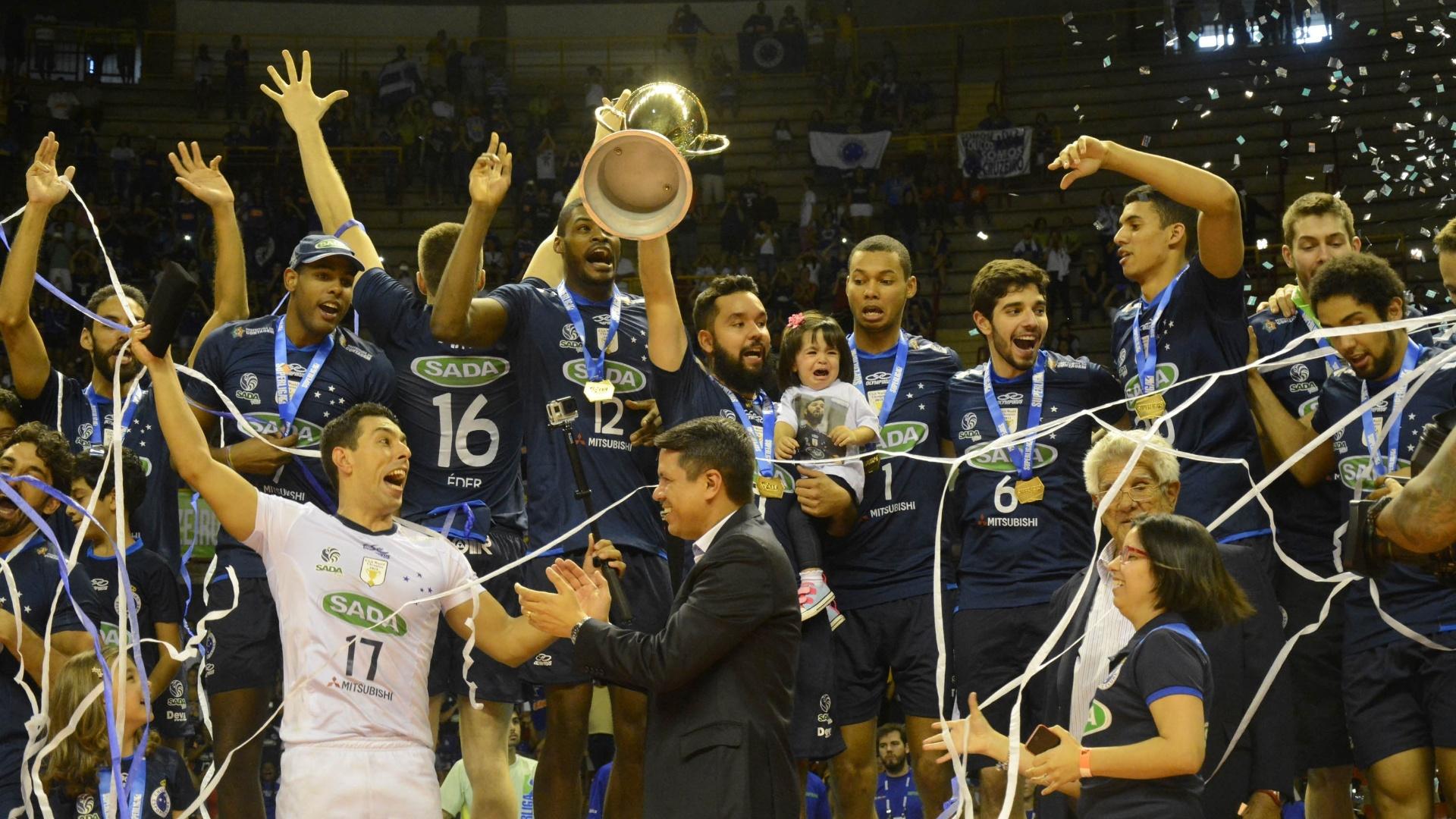 Jogadores do Sada Cruzeiro comemoram título da Superliga sobre o Sesi