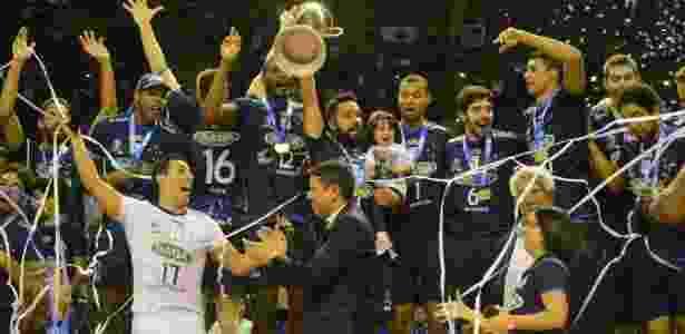 Jogadores do Sada Cruzeiro comemoram título da Superliga sobre o Sesi - Divulgação/CBV