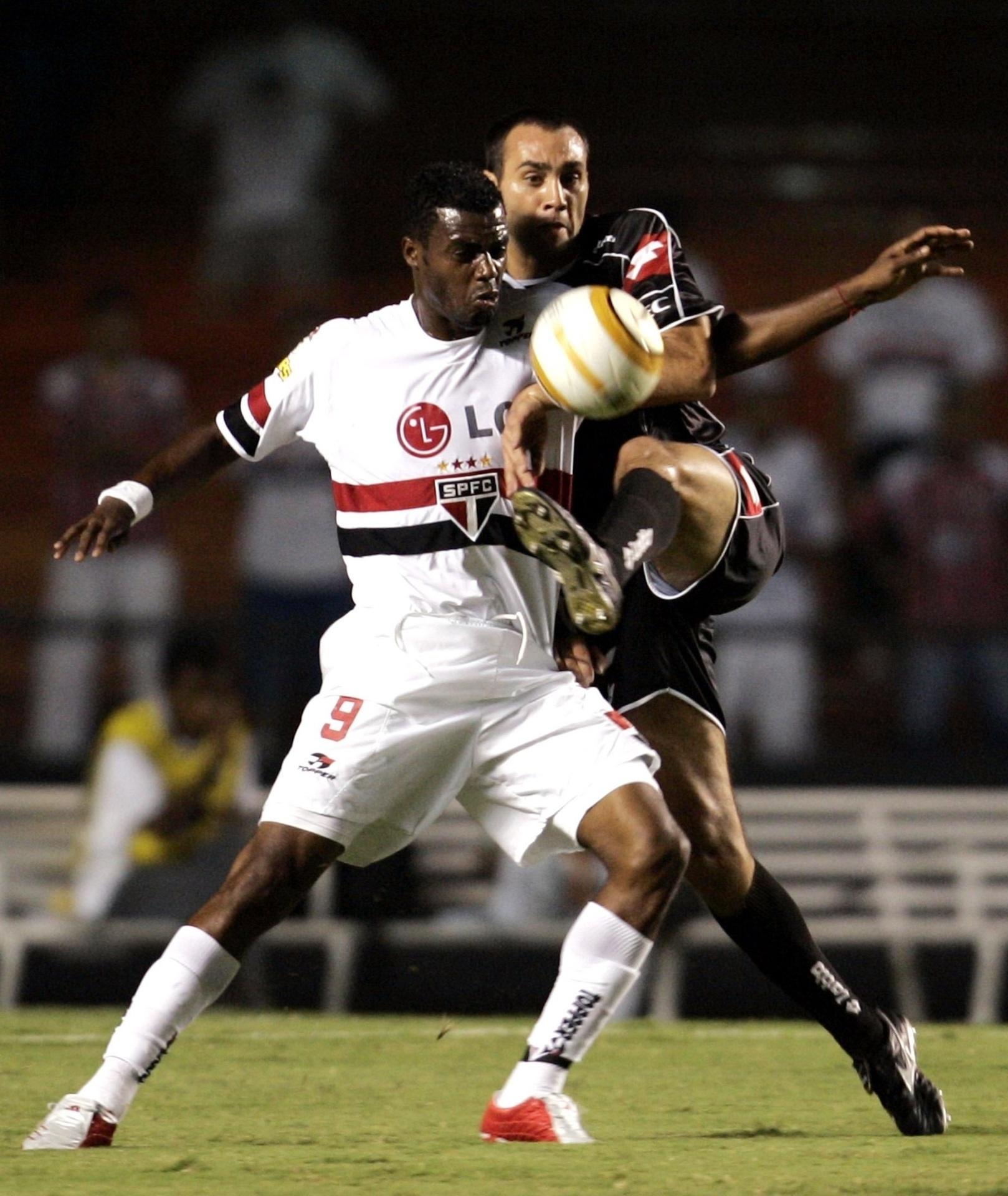 Grafite e Desábato disputam a bola no jogo São Paulo e Quilmes, válido pela fase de grupos da Libertadores 2005