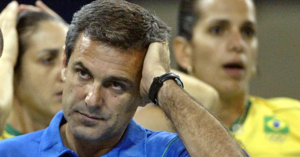 Zé Roberto lamenta a derrota para a Rússia na semifinal dos Jogos Olímpicos de Atenas, em 2004