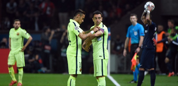 Neymar coloca braçadeira em Xavi durante jogo do Barça em 2015