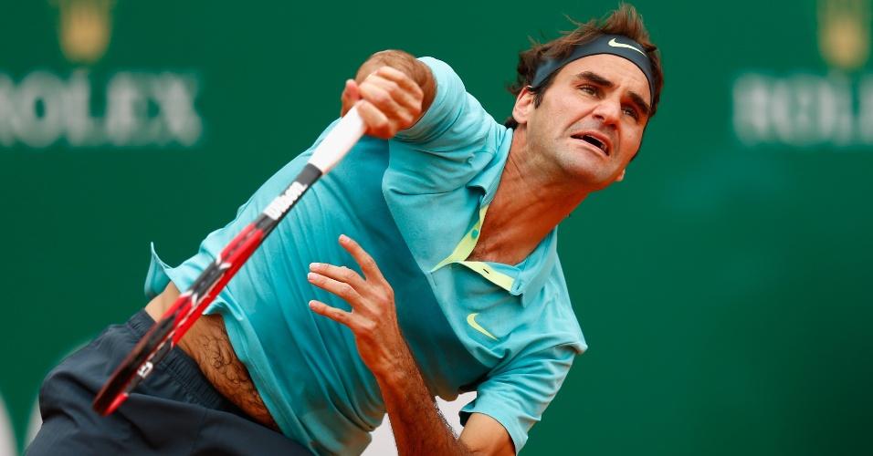 Roger Federer saca em sua estreia no Masters 1000 de Monte Carlo