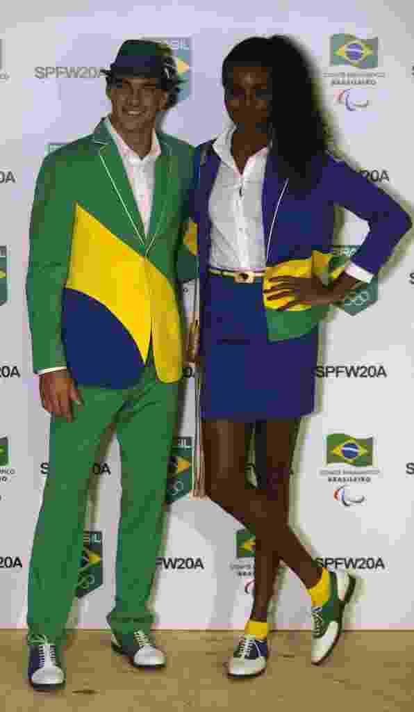 Giba e Fabiana apresentam uniforme - REUTERS/Paulo Whitaker