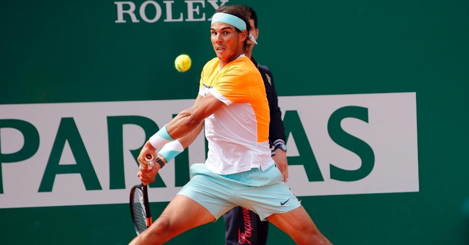 Rafael Nadal prepara para rebater bola nas oitavas do Masters 1000 de Monte Carlo