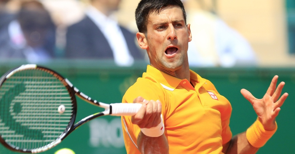 Novak Djokovic acerta forehand pelas quartas de final em Monte Carlo
