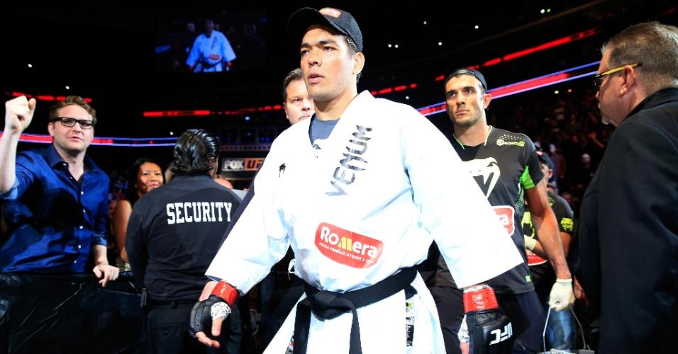 De quimono, Lyoto Machida entra no ginásio em Newark, Nova Jersey, onde enfrentou e foi derrotado por Luke Rockhold