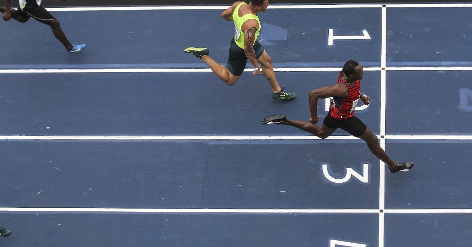 Bolt chega em primeiro na linha de chegada de prova no Rio de Janeiro, no dia 19 de abril