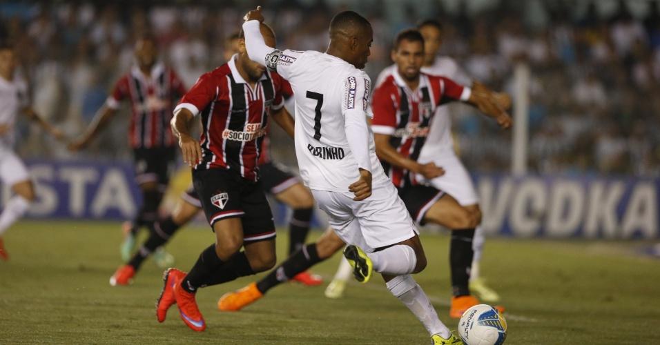 Robinho em ação durante a partida Santos e São Paulo, válida pela semifinal do Paulistão