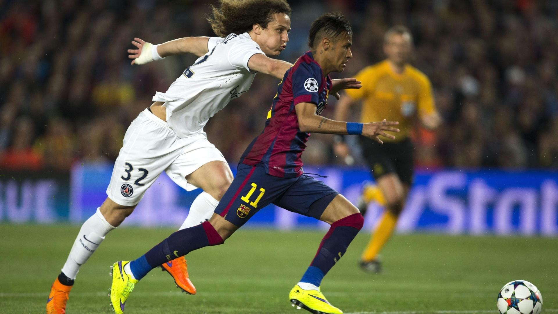 David Luiz tenta marcar Neymar na partida do PSG contra o Barça, na Liga