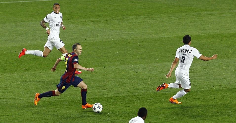Iniesta carrega a bola pelo Barcelona contra o PSG, na Liga