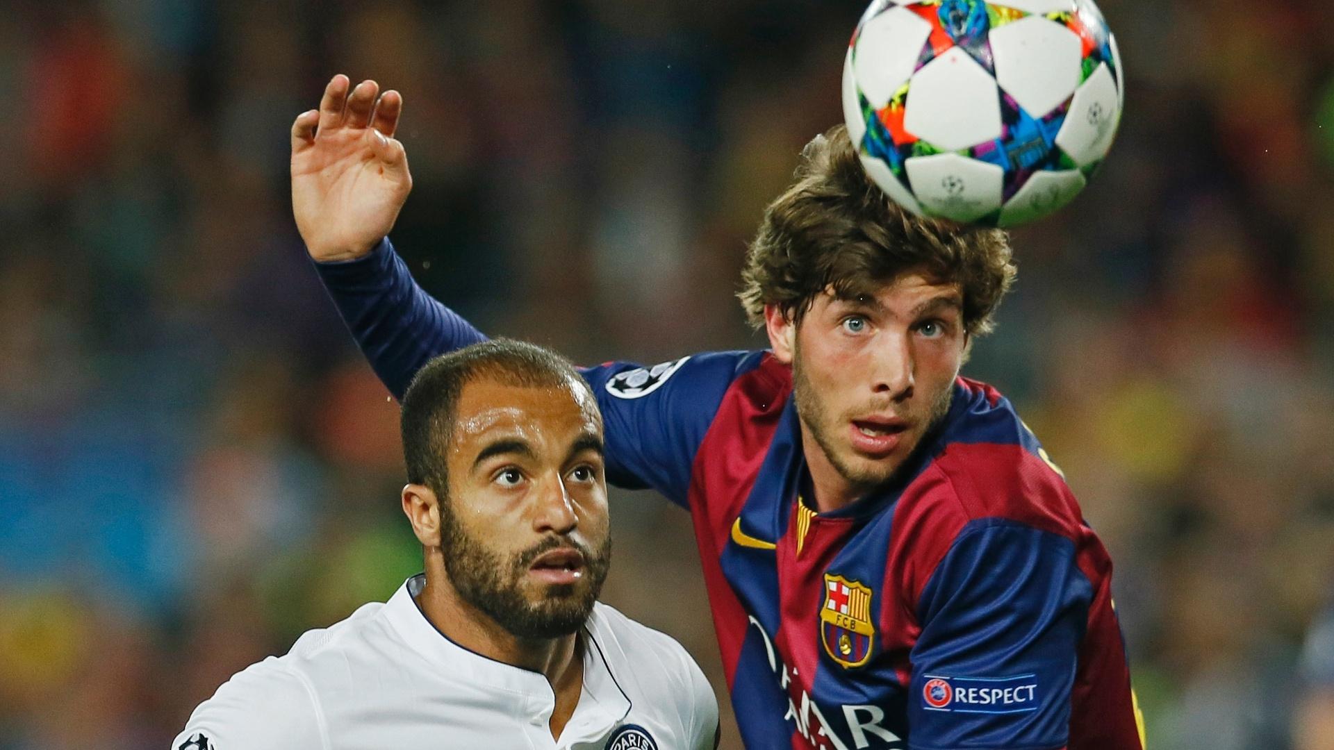 Lucas disputa bola no jogo do PSG contra o Barcelona, pela Liga dos Campeões
