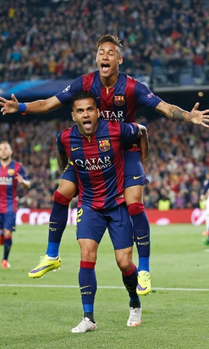 Neymar comemora com Daniel Alves o seu segundo gol pelo Barcelona contra o PSG na Liga dos Campeões
