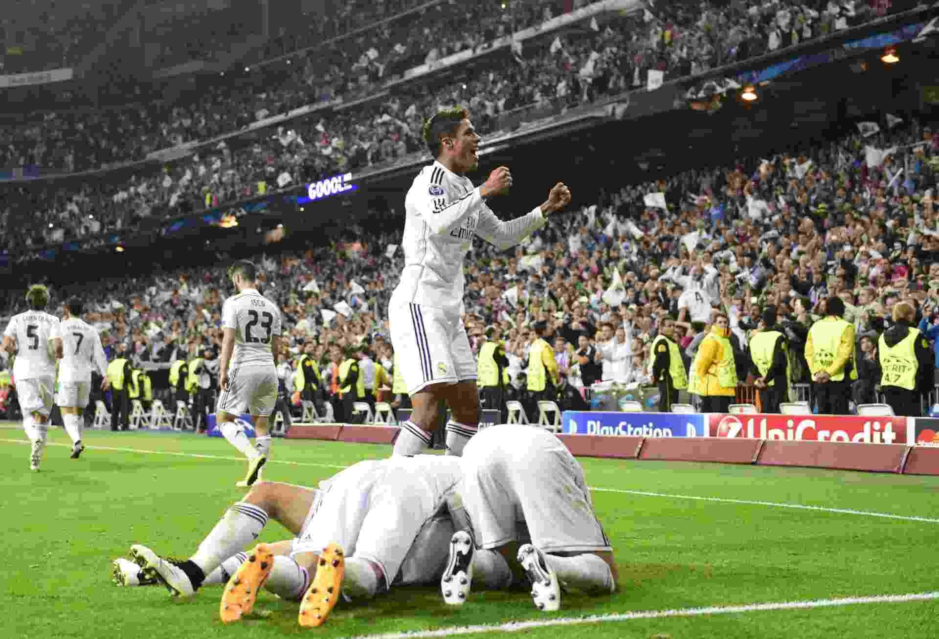 Chicharito Hernández comemora o gol do Real Madrid contra o Atlético rodeado por jogadores - AFP PHOTO / PIERRE-PHILIPPE MARCOU