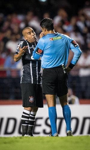 Emerson conversa com o árbitro Sandro Meira Ricci após ser expulso de campo na partida São Paulo e Corinthians