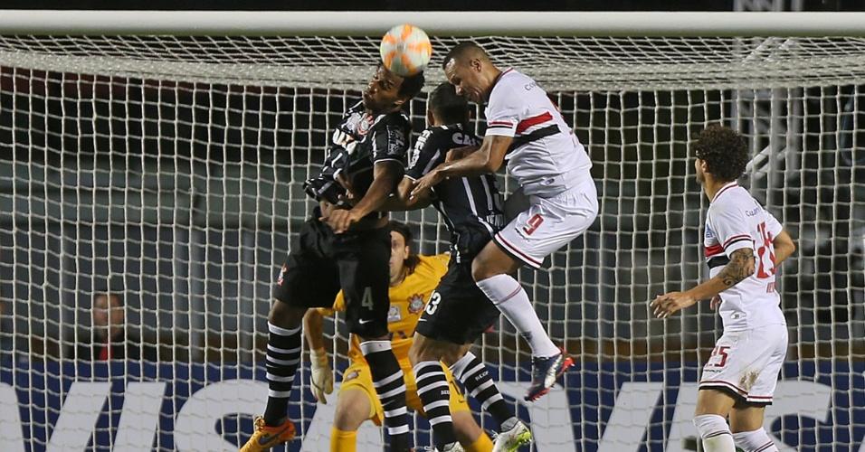 Gil sobe para afastar o perigo da área do Corinthians na partida contra o São Paulo, na Libertadores