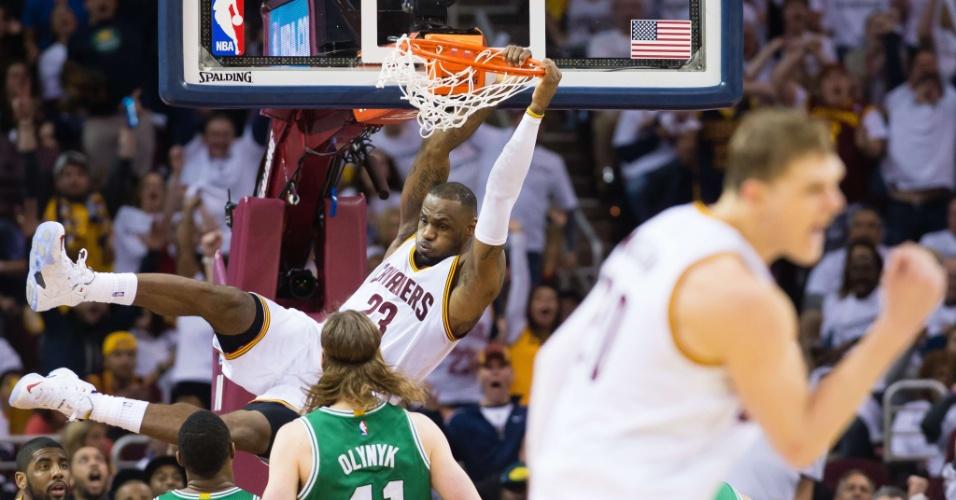 LeBron James enterra na partida entre os Cavs e Celtics, na segunda rodada da primeira fase dos playoffs