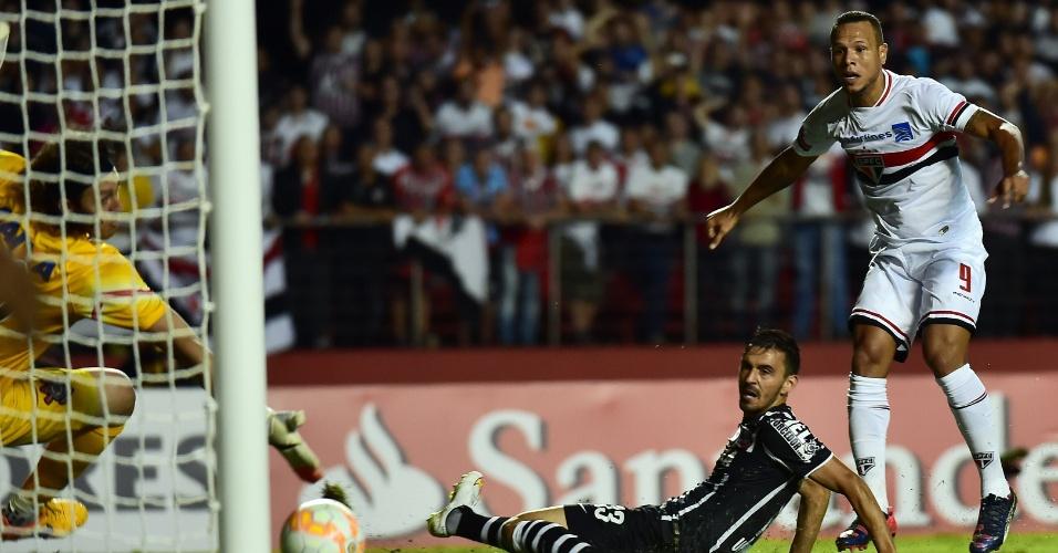 Luis Fabiano chuta para marcar o primeiro gol do São Paulo contra o Corinthians, na Libertadores