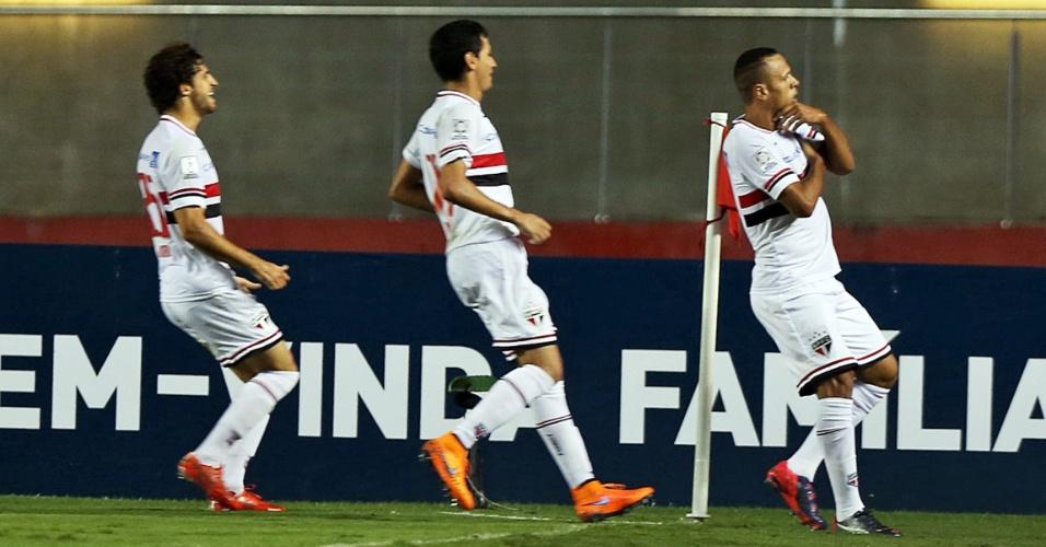 Luis Fabiano comemora junto à bandeira de escanteio depois de abrir o placar para o São Paulo contra o Corinthians