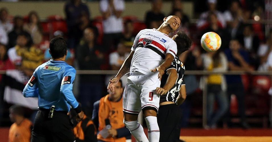 Luis Fabiano e Felipe disputam a bola durante o clássico entre São Paulo e Corinthians, válido pela Libertadores