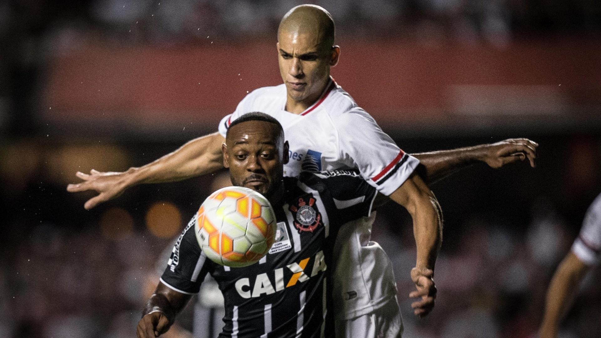 Vagner Love protege a bola contra a marcação de Dória no jogo entre São Paulo e Corinthians, válido pela Libertadores