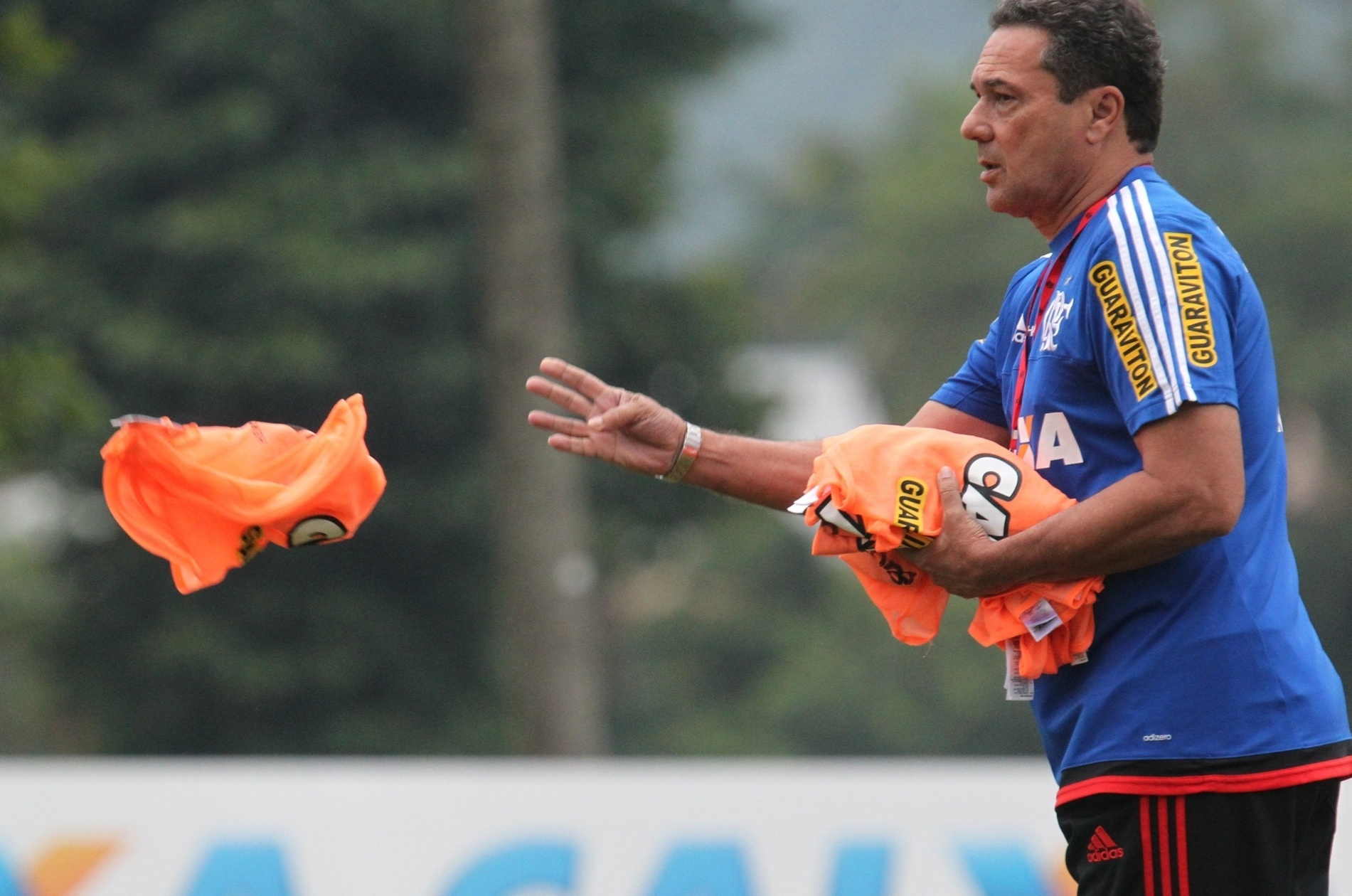 Vanderlei Luxemburgo tenta driblar as lesões e busca o time ideal do Flamengo