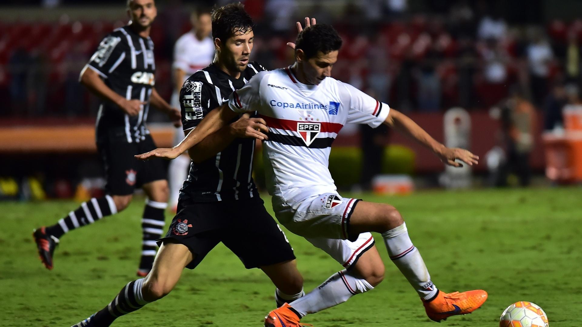 Ganso protege a bola do zagueiro Felipe no jogo entre São Paulo e Corinthians, válido pela Libertadores