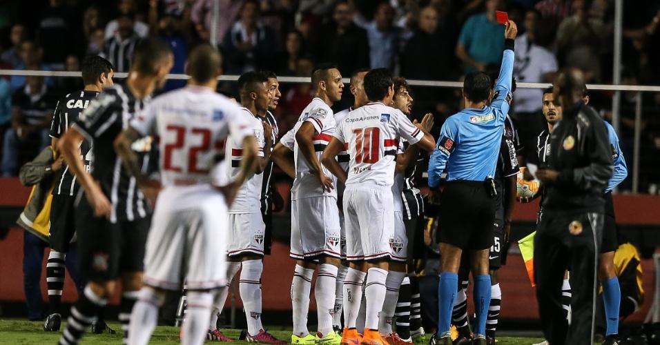 Sandro Meira Ricci mostra cartão vermelho para Mendoza e Luis Fabiano, no segundo tempo da partida entre São Paulo e Corinthians