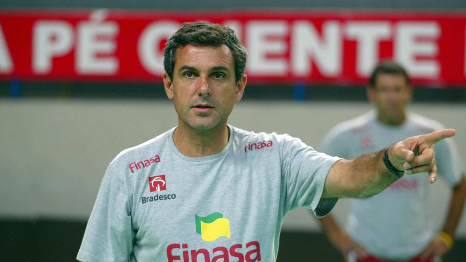 José Roberto Guimarães foi o primeiro técnico campeão desta rivalidade. Ele era treinador do Finasa/Osasco na temporada 2004/2005