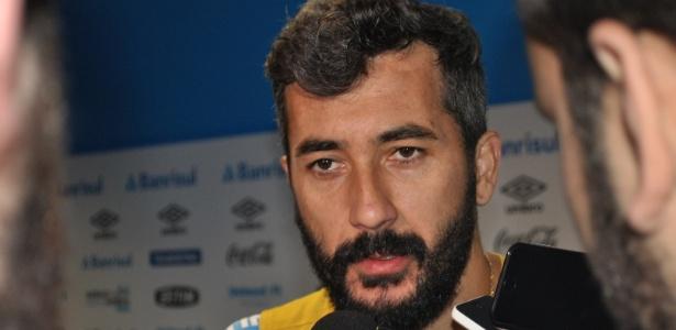 25 abr 2015 - Douglas concede entrevista coletiva após treinamento do Grêmio - Marinho Saldanha/UOL